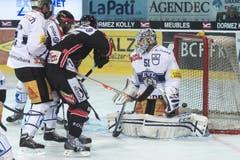 Fribourgs Gregory Mauldin (Mitte hinten) erziehlt das 1:0 gegen Zugs Goalie Tobias Stephan. (Bild: Keystone)