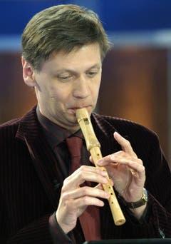 """2004 war er bei Thomas Gottschalk in der Sendung """"Wetten dass...?"""" zu Gast. Wegen einer verlorenen Wette musste er auf der Blockflöte spielen. (Bild: Keystone)"""