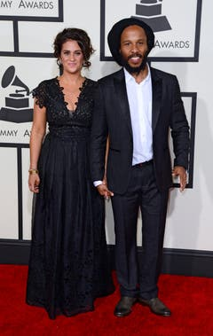 epa04611210 Ziggy Marley (R) and Orly Agai arrive for the 57th annual Grammy Awards held at the Staples Center in Los Angeles, California, USA, 08 February 2015. EPA/MICHAEL NELSON (Bild: MICHAEL NELSON)