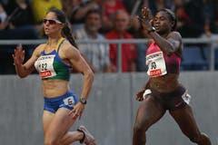 Anneisha Mclaughlin (rechts) gewinnt den 200m Lauf der Frauen vor Krasucki. (Bild: Philipp Schmidli / Neue LZ)
