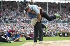 Kraftraubend: Martin Koch hält Matthias Sempach gut 50 Sekunden in die Höhe. (Bild: Keystone)