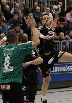 Kriens Daniel Schmid (rechts) gegen Wacker Thuns Borna Franic. (Bild: Philipp Schmidli/Neue LZ)
