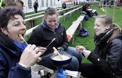 Das Fondue schmeckt: Lydia Kid, Heidi Walker, Heidi Dürst und Janine Kid (von links). (Bild: Werner Schelbert / Neue ZZ)