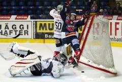 Kloten Flyers Stürmer Steve Kellenberger stürzt, nachdem er das 1:2 geschossen hat. (Bild: Keystone)