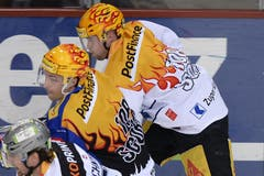 Die Topskorer im Kopf-an-Kopf-Rennen: Robert Nilsson von den ZSC Lions (links) gegen den Zuger Pierre-Marc Bouchard. (Bild: Keystone / Walter Bieri)
