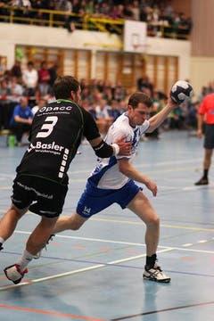Daniel Fellmann stoppt Silvan Fässler. (Bild: Roger Zbinden/Neue LZ)