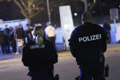Vor dem Stadion sorgt die Polizei für Ruhe und Ordnung. (Bild: Stefan Kaiser / Neue ZZ)