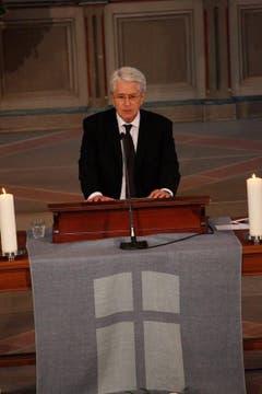 Der deutsche TV-Moderator Frank Elstner spricht an der Trauerfeier in der St. Laurenzen-Kirche in St. Gallen. (Bild: Keystone)