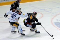 Luganos Fredrik Pettersson, rechts, setzt sich gegen Jarkko Immonen durch. (Bild: Keystone Samuel Golay)