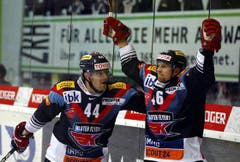 Der Torschütze Vojtech Polak und Matthias Bieber, links, freuen sich über den 2:2-Ausgleich. (Bild: Keystone)