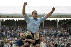 Schwingerkönig Matthias Sempach lässt sich feiern. (Bild: Keystone)