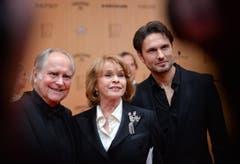Senta Berger mit ihrem Mann Michael Verhoeven (links) und Sohn Simon. (Bild: EPA / Britta Pedersen)