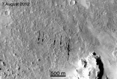 Diese Pfeile zeigen die Spuren der Ballastgewichte von «Curiosity» auf. Sie sind in einer Entfernung von ungefähr 12 Kilometern von der Landestelle des Rovers aufgeschlagen. (Bild: Nasa / JPL-Caltech / MSSS)