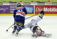 Kloten Flyers Stürmer Yannick Herren gegen den Zuger Verteidiger Yannick Blaser.