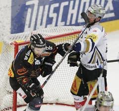 Stockschlag von Martin Plüss (links) gegen Patrick Fischer, nicht geahndet von den Schiedsrichtern. (Bild: Keystone)