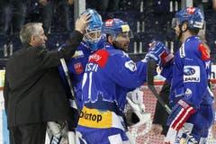 ZSC Lions Coach Bob Hartley bedankt sich bei Goalie Lukas Flüeler. (Bild: Keystone)