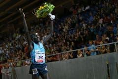 Cornelius Kangogo aus Kenia gewinnt den 3000m Lauf der Männer und lässt sich feiern. (Bild: Philipp Schmidli / Neue LZ)
