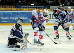Polak Vojtech gegen Goalie Jussi Markkanen (links) und Andy Wozniewski. (Bild: Keystone)