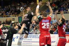 Das Halbfinal der Männer zwischen dem HC Kriens-Luzern (schwarz) und dem BSV Bern Muri (rot). (Bild: Roger Zbinden)