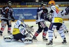 Goalie Nolan Schaefer und Maxim Noreau vom HC Ambri- Piotta wehren sich gegen die Zuger Thomas Rüfenacht (ganz links) und Sven Lindemann (Mitte). (Bild: Keystone)