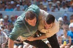 Martin Grab (links) landete gegen Stefan Stöckli einen aufwändig erarbeiteten Sieg. (Bild: Keystone/Urs Flüeler)