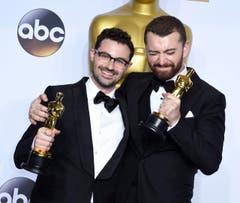"""Jimmy Napes (l.) and Sam Smith freuen sich spitzbübisch. Ihr Song """"Writings On The Wall"""" aus dem Bond-Film """"Spectre"""" wurde als bester Filmsong ausgezeichnet. (Bild: Keystone/EPA/Paul Buck)"""