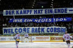 Corsin Camichel ist nach seiner Krebs-Krankheit wieder zurück auf dem Zuger Eis und wird von den Fans herzlich willkommen geheissen. (Bild: Keystone)