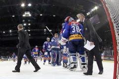 Die Spieler bedanken sich bei Torhüter Lukas Flüeler während Coach Bob Hartley (rechts) und sein Assistent Jacques Cloutier das Eis verlassen. (Bild: Keystone)
