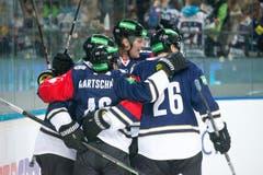 Die Zuger Josh Holden, Lino Martschini, Calle Andersson und Reto Suri (von links) feiern einen Treffer. (Bild: Dominik Wunderli / Neue LZ)