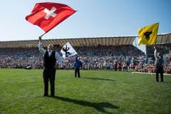 Fahnenschwinger während dem Festakt. (Bild: Keystone / Jean-Christophe Bott)