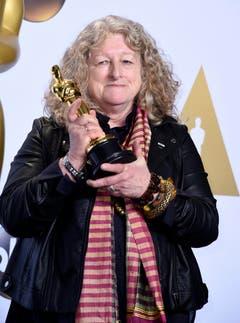 Dieser Dame haben Mad-Max-Fans die ausgefallenen Kostüme zu verdanken: Jenny Beavan mit ihrem Oscar für das beste Kostümdesign. (Bild: Keystone/EPA/Paul Buck)