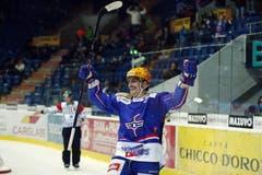Kloten Flyers Stürmer Peter Müller feiert seinen dritten Treffer zum Spielstand von 3:1 (Bild: Keystone)