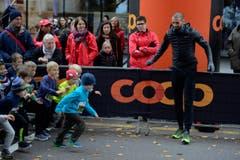 Die kleinen Sportlerinnen und Sportler wetteifern um den Sieg. Bilder von vielleicht ersten Wettkampffieber des Lebens. (Bild: Dominik Wunderli/LZ)