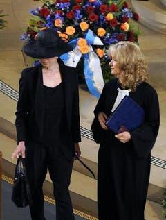 Anina Stancu, links, Witwe von Walter Roderer, mit Pfarrerin Katharina Hoby. (Bild: Keystone)