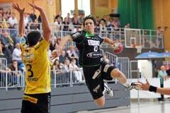 Nicolas Raemy erzielte insgesamt vier Treffer, hier gegen Filip Pendic. (Bild: Philipp Schmidli/Neue LZ)