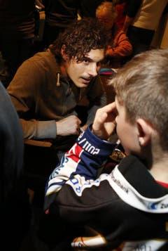 EVZ-Center Fabian Sutter gibt einem seiner kleinsten Fans ein Autogramm. (Bild: Stefan Kaiser / Neue ZZ)