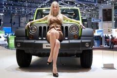 Eine Hostesse sitzt auf einem Jeep Wrangler (Bild: Keystone)