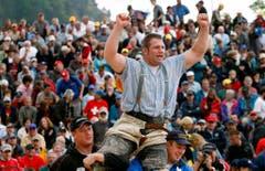 2008 teilt Philipp Laimbacher (unten links) den Festsieg auf dem Stoos erneut mit seinem Bruder Adi Laimbacher (Bild). (Bild: Sigi Tischler / Keystone)