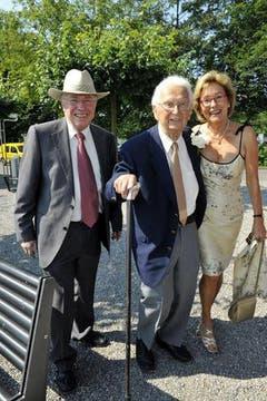 Walter Roderer an seinem 90. Geburtstag mit Silvia und Christoph Blocher in Maur. (Bild: Archiv Neue LZ)