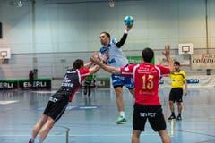 Boris Stankovic steigt höher als die Abwehr von Pfadi Winterthur. (Bild: Roger Grütter)