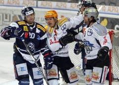 Björn Christen (Mitte) und Thomas Rüfenacht (rechts) feiern das 0:1. (Bild: Keystone)
