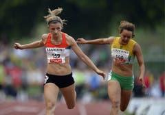 Inna Weit (links) aus Deutschland und Alyssa Conelly aus Südafrika beim 100m Vorlauf der Frauen. (Bild: Keystone)