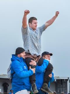 Sieger Armon Orlik wird auf den Schultern getragen. (Bild: Andrea Stalder)