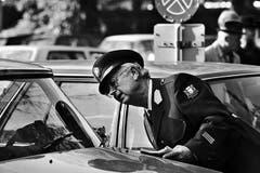 Der «Polizist» Walter Roderer überführt einen Parksünder, das eingetriebene Geld kommt der Krebshilfe Schweiz zu Gute. Aufnahme vom 24. Oktober 1990 vor dem Opernhaus in Zürich. (Bild: Keystone / Str.)