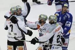 Jubel bei den Zuger Spielern nach dem entscheidenden Treffer zum 6:5 durch Björn Christen. (Bild: Steffen Schmidt/Keystone)