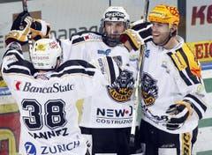 Der HC Lugano feiert seinen Treffer. (Bild: Keystone)