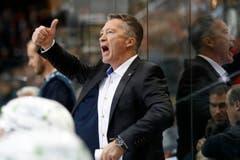Zugs Cheftrainer Harold Kreis gibt Anweisungen im Eishockey Meisterschaftsspiel der National League A zwischen den SC Bern und dem EV Zug. (Bild: Keystone/PETER KLAUNZER)