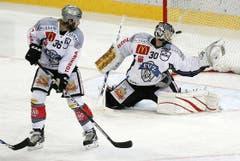 Der Zuger Torhüter Jussi Markkanen, rechts, kassiert das Tor zum 4:1 durch Berns Joel Kwiatkowski.