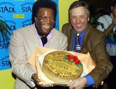 Zu 20 Jahren Musikantenstadl bekam Karl Moik von Roberto Blanco eine Torte überreicht. (Bild: Keystone)