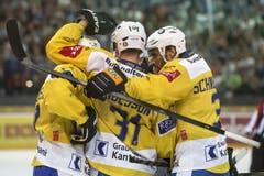 Die Spieler des HC Davos freuen sich über den Sieg. (Bild: Keystone / Alexandra Wey)